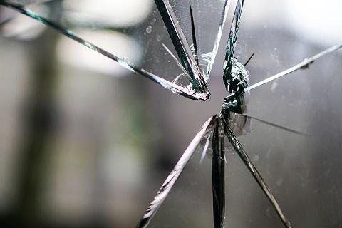 Glasbruchversicherung schützt bei zerbrochenen Fensterscheiben